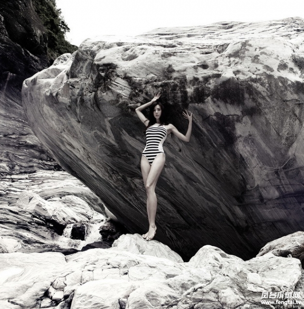 周韦彤秘境写真 高叉泳装秀美腿
